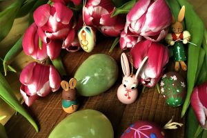 flowers happy easter ostereier easter bunny design green leaves wood white pink tulips creative