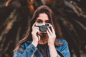photoshoot brown hair photographer long hair pose blurred background photography equipment daylight beautiful taking photo
