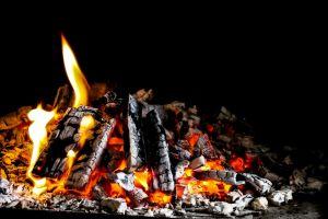 heiãÿ lagerfeuer kamin fire gefahr aufflammen brennen freudenfeuer wood glow