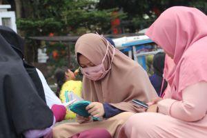 woman read girl muslim quran