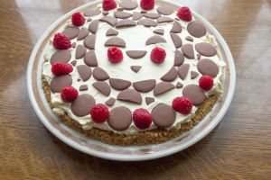 chocolate buttons cheesecake food raspberries