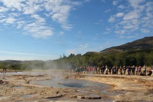 water eruption strokkur mist mountain geyser people tourist spot