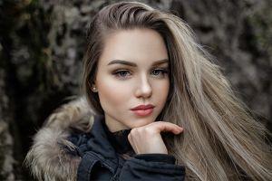makeup long hair make up face coats touching face closeup juicy lips pearl earrings fur red lipstick women blue eyes portrait blonde