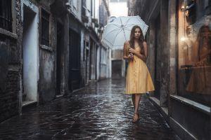 stefan häusler women venice sandals feet reflection rain women with umbrella brunette women outdoors viktoria stephanie umbrella urban yellow dress