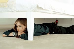 blonde bed avril lavigne women on the floor singer