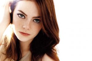 portrait redhead actress simple background emma stone celebrity women freckles green eyes face