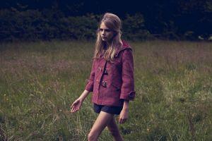 actress cara delevingne women walking blonde model coats grass pink coat