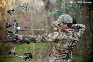 archery baseball cap women face paint hairbun model make up bow and arrow camouflage fitness model archer