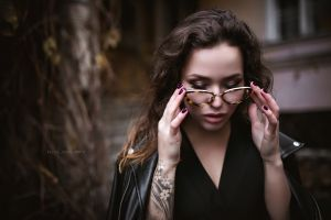 depth of field portrait leather jackets dress women outdoors brunette model tattoo women with glasses glasses women alice sudos photo painted nails inked girls outdoors