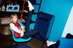 jeans looking at viewer chair blonde women indoors women taylor swift singer legs up blue eyes