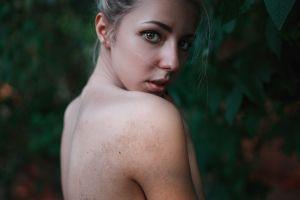 portrait depth of field looking at viewer looking over shoulder model women outdoors women