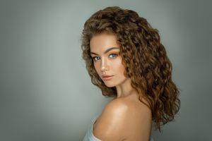 simple background bare shoulders alina zaslavskaya women grigoriy lifin curly hair blue eyes portrait face