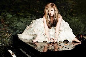 avril lavigne singer piano celebrity women