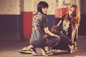 squatting model redhead t-shirt looking back two women melissa clarke jeans black hair sneakers women